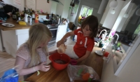 Helene and Eva baking cup cakes